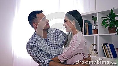 Harmonia da família, pares saudáveis felizes no amor que abraça e sorriso que senta-se no sofá vídeos de arquivo