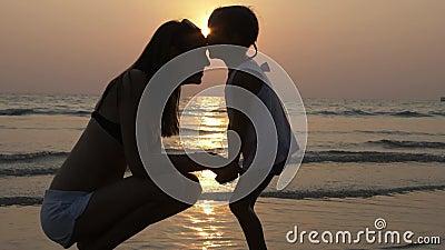 Hartelijk gevoel van moeder en weinig dochter in silhouet bij zonsondergang stock videobeelden