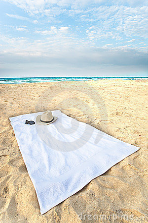 Free Hat And Sunglasses On A Towel On The Beach With Dr Royalty Free Stock Photography - 11149057
