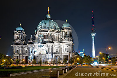 Haube und Fernsehapparat ragen in Berlin nachts hoch Redaktionelles Stockfoto