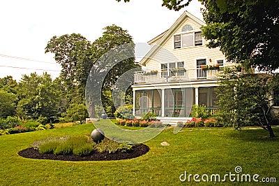 Haus mit der Sommerlandschaftsgestaltung