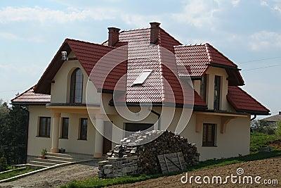 Haus mit rotem dach lizenzfreie stockbilder bild 6180749 for Modernes haus mit rotem dach