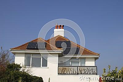 Haus mit Sonnenkollektoren auf Dach. Großbritannien. England