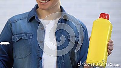 Hausfrau bevorzugt Soda gegenüber dem Reinigungsmittel und wählt eco freundliche Haushaltschemikalien stock footage