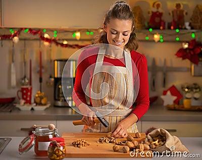 hausfrau die waln sse in der weihnachtsk che hackt. Black Bedroom Furniture Sets. Home Design Ideas
