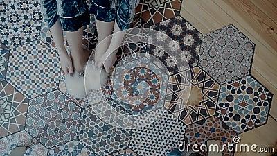 Hausschuhe für Frauen auf Beine Berührungsschuhe, die an Beinen getragen werden stock video footage