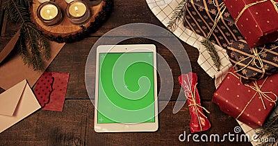 Haut de la page Nouvelle tablette blanche avec écran vert horizontal accroché à la table décorée de Noël en bois Clé chromatique clips vidéos