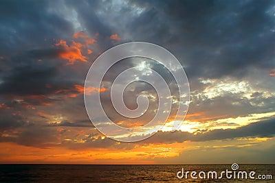 Hav över romantisk solnedgång
