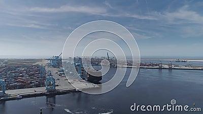 Haven van rotterdam, nederlandse containerschepen bij de euromax-terminal stock videobeelden