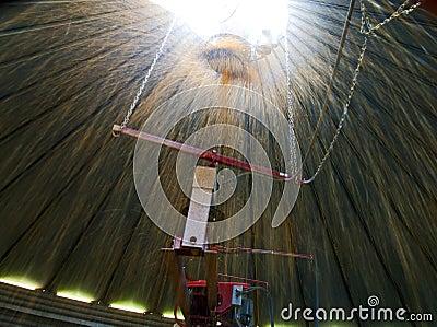 Havrepåfyllning en silo från inre