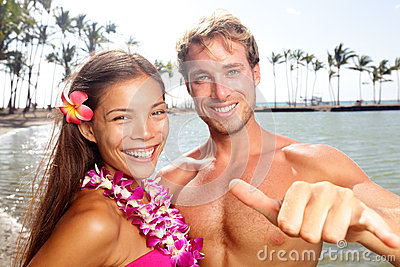 Hawaii couple happy on Hawaiian beach