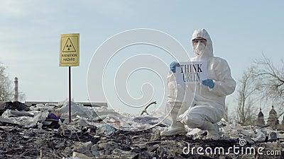Hazmat人到防护服装展示里签字认为绿色在与尖辐射危害户外的垃圾堆 影视素材