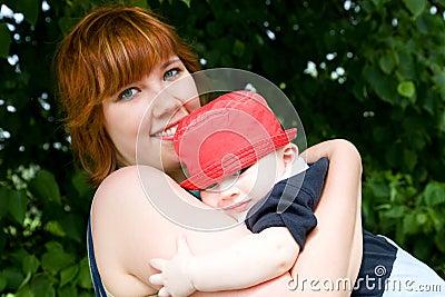 Hübsche Mutter mit kleinem Sohn