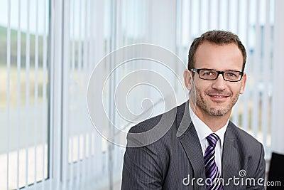 Hübscher unrasierter junger Geschäftsmann