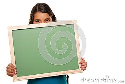 Hübsches hispanisches Mädchen, das unbelegte Tafel anhält