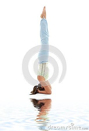 Headstand salamba sirsasana white wspierane piasku.