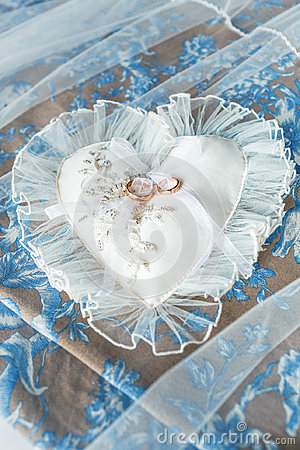 Free Heart-shaped Pillow With Chiffon Lace And Wedding Gold Rings Stock Photo - 97248020