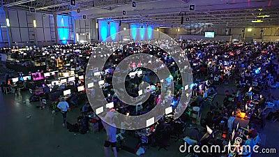 Heel wat gamers die op computerspelen spelen in de grote zaal stock footage
