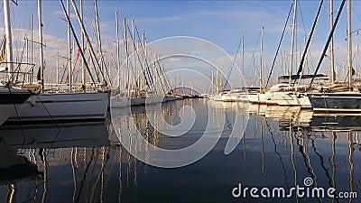 Heel wat mooie varende jachten en catamarans legden aan de pijler in de Griekse jachthaven in Athene, het Middellandse-Zeegebied, stock videobeelden