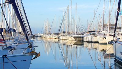 Heel wat mooie varende jachten en catamarans legden aan de pijler in de Griekse jachthaven in Athene, het Middellandse-Zeegebied, stock video