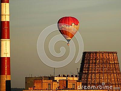 Heißluftballon über der Fabrik