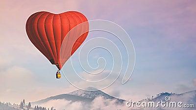 Hei?luftballon photgrphed beim Bealton, VA-Flugwesen-Zirkus-Flugschau Rote Herzfliege im Pastellhimmel lizenzfreie abbildung