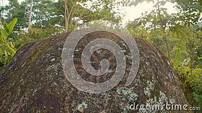 Heilige Steine mit Inschriften in einer indigenen Gemeinschaft stock video footage