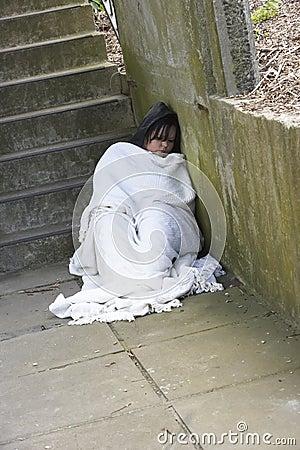 Heimatloses Mädchen-Schlafen rau