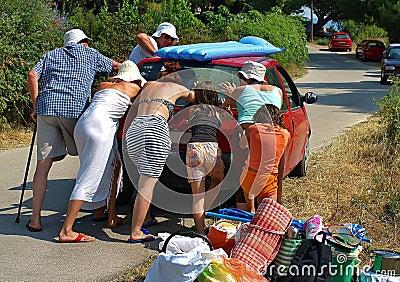 Helfender Stoß der Leute das Auto