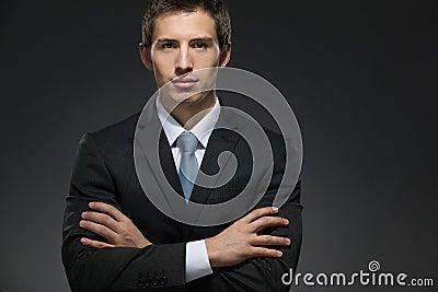 Helft-lengte portret van zakenman met gekruiste wapens
