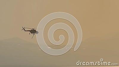 Helicóptero de bomberos yendo a un buceo a recoger agua almacen de metraje de vídeo