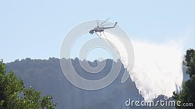 Helicóptero de combate a incêndios do Skycrane que despeja água no incêndio de Saddleridge filme