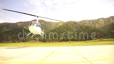 Helikopterstart Kleine lichte luchtvaart onderaanzicht op schroefbladen stock footage