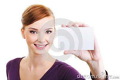 Hembra de la alegría con la pequeña tarjeta en blanco a disposición