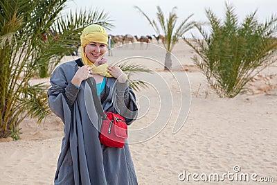 Hembra en la ropa beduina que se coloca en desierto