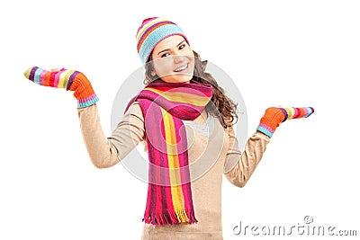 Hembra sonriente joven que gesticula con sus brazos