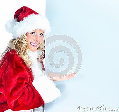 Hembra vestida como Santa que presenta la cartelera en blanco
