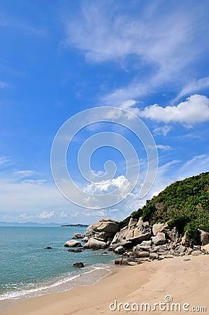Hemel en wolk door overzeese kust