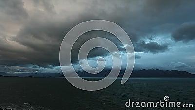 Hemelbergen en de oceaanfilm van de de tijdspanne hoge definitie van de golventijd stock videobeelden