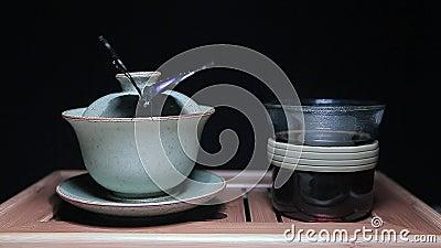 Herbacianej filiżanki motyliego bambusowego biurka tła hd ciemny materiał filmowy zbiory