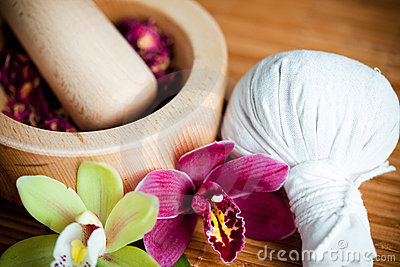 Herbes et compresse de massage