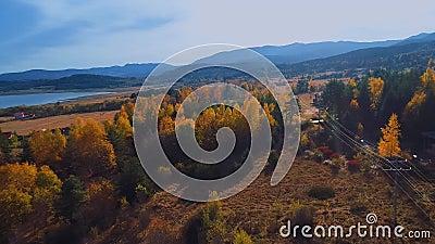 Herbstsaison in Bergsicht von oben stock video