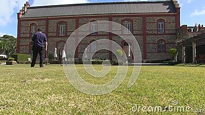 Herenhuis en spelers die croquet spelen stock videobeelden