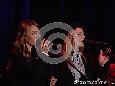 Hermanas de Webb que mueven hacia atrás a Leonard Cohen, Florencia 2010 Fotografía editorial