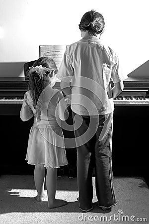 Hermanas que juegan el piano