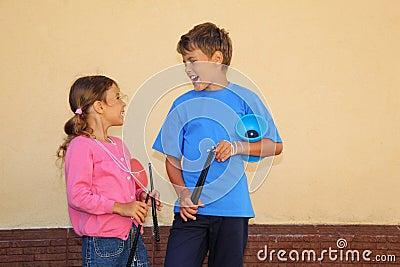 Hermano y hermana con el juguete del yoyo