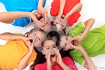 Hermanos de griterío en círculo