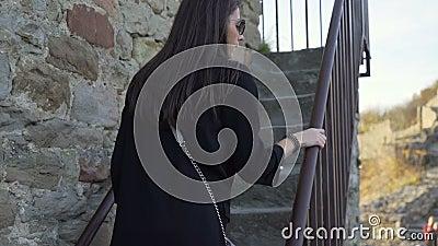 Hermosa chica subiendo escaleras de piedra en la fortaleza de Tsarevets, Bulgaria almacen de metraje de vídeo