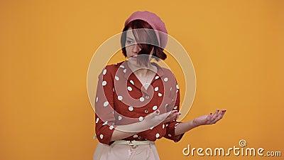 Hermosa mujer que parece sorprendida y conmocionada, confundida en un contexto aislado metrajes