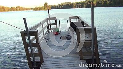 Hermosa vista de un lago y de un lugar de la pesca Rocas grandes Fondos hermosos de la naturaleza almacen de metraje de vídeo